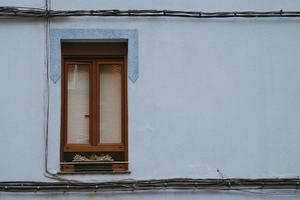 Fenêtre sur la façade bleue de l'immeuble dans la ville de Bilbao, Espagne photo