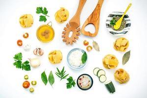 aliments italiens isolés sur blanc photo