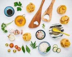 aliments italiens sur blanc