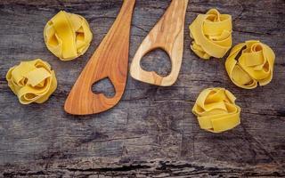ustensiles en bois avec pâtes sèches photo