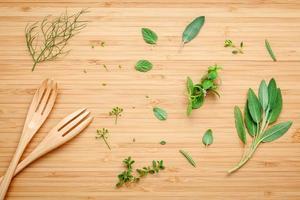 herbes fraîches et fourchettes en bois photo