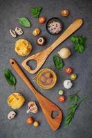 cuisine italienne sur fond gris foncé photo