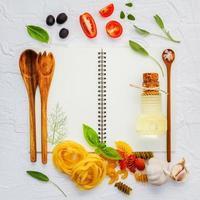 ingrédients italiens et un cahier photo