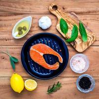 vue de dessus du saumon avec des ingrédients photo