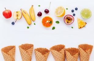 cônes de fruits et gaufres sur blanc photo