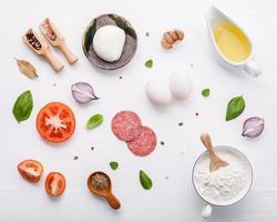 ingrédients italiens isolés sur blanc