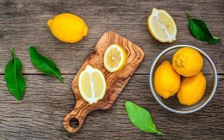 citrons frais sur une planche à découper photo