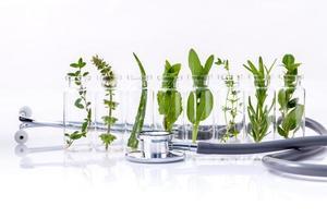huile essentielle aux herbes fraîches et stéthoscope photo