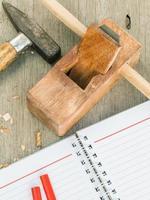 outils de travail du bois et cahier photo
