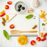 cahier à spirale avec des ingrédients frais photo