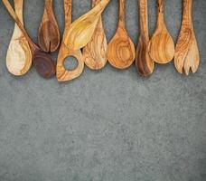 Ustensiles en bois sur fond gris avec espace copie