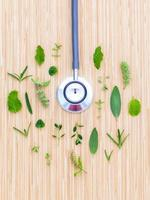 herbes avec un stéthoscope photo
