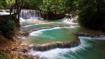 belle cascade dans la forêt tropicale au laos photo