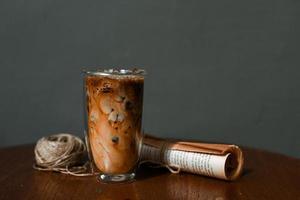 verre de café avec du lait sur la table