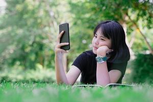 fille assise dans le jardin penser penser photo