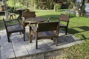 meubles de patio à l'extérieur dans le jardin photo