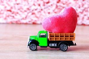 coeur rouge de la Saint-Valentin dans un petit camion vert photo