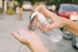 femme, nettoyage, main, à, gel alcool, concept de soins de santé