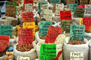 Un assortiment de haricots dans des sacs blancs au marché italien en plein air photo