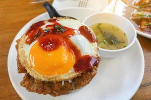Riz frit au kimchi avec œuf frit nourriture coréenne photo