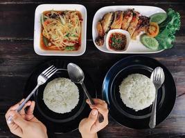 personnes mangeant de la nourriture thaïlandaise