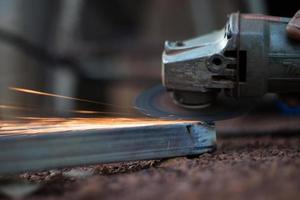 technicien coupant l'acier