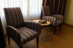 deux chaises dans une chambre d'hôtel