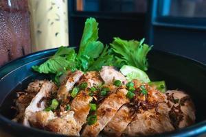 porc grillé et bol de riz