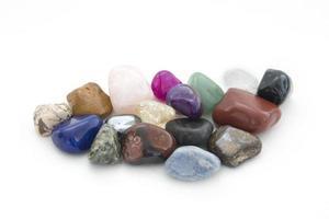 groupe de minéraux sur fond blanc