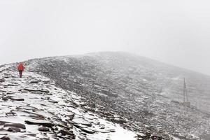 Homme sur la montagne chalcaltaya dans la cordillère à la bolivie photo