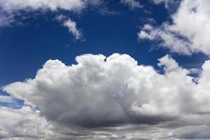 nuages blancs sur le ciel bleu