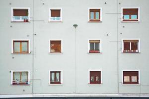 Fenêtres sur la façade blanche de la maison dans la ville de Bilbao, Espagne photo