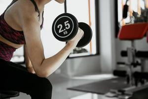 Femme de remise en forme en formation avec des abdos forts montrant à la salle de sport