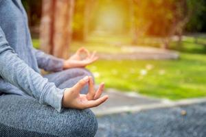 jeune femme yoga méditant, relaxant dans la nature photo