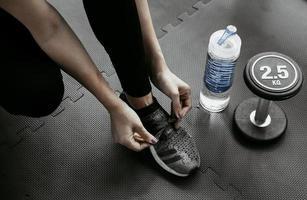 femme attachant ses lacets. Close up of female sport fitness runner se prépare pour le jogging dans la salle de gym