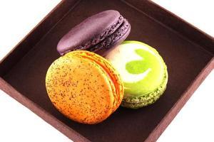 macarons colorés dans une boîte brune photo