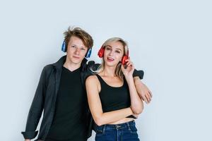 heureux, jeune couple, écouteurs, écouter musique, dans, studio