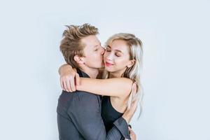 Portrait d'heureux jeune couple amour ensemble en studio