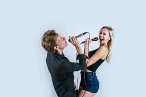 heureux, portrait, de, couple, tenue, microphones, et, chant