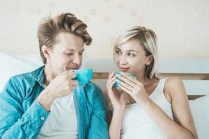 couple heureux, boire du café le matin photo
