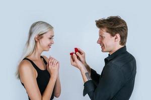 heureux portrait de couple pendant le mariage surprise