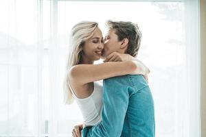 couple heureux embrassant dans la chambre
