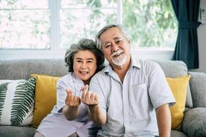 couple de personnes âgées ensemble dans leur salon