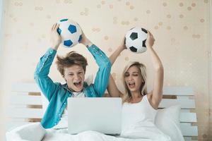 heureux, couple, regarder football football, lit