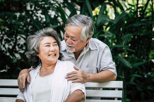 couple de personnes âgées jouant ensemble au parc