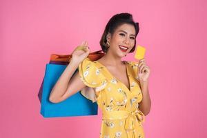 femme à la mode avec sacs à provisions et carte de crédit