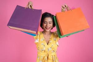 belle femme asiatique, tenue, coloré, sacs provisions photo
