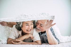 heureux, couples aînés, rire, dans chambre