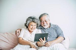 couple de personnes âgées à l'aide d'un ordinateur tablette