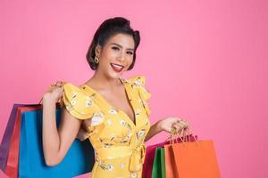 belle femme asiatique, tenue, coloré, sacs provisions
